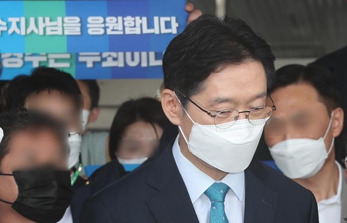 지난 21일 대법원이 김경수 전 경남도지사에 대한 실형을 확정한 것과 관련해 정치권에서 엇갈린 반응이 나왔다. 사진은 이날 경남도청을 나서는 김 전 지사 모습. /사진=뉴스1