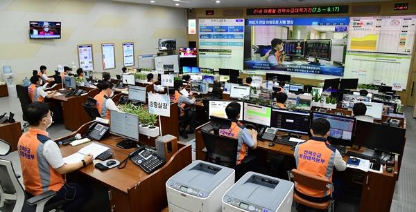 전력예비율이 한자릿 수로 떨어질 것으로 예상되면서 한국전력이 비상대응에 나섰다. /사진=한전