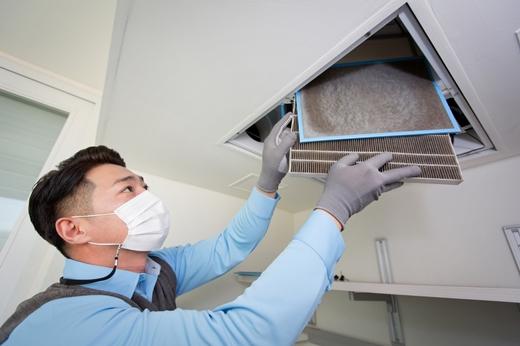 코웨이 전문 홈케어닥터가 직접 방문해 체계적인 아파트 환기장치 케어서비스를 제공하고 있다. /사진제공=코웨이