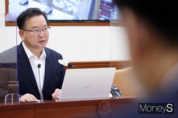 [머니S포토] 공장입지 규제개선 방안 관련 발언하는 '김부겸'