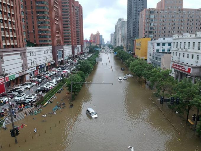 중국 허난성에서 지난 16일 이후 기록적인 폭우가 내려 25명이 숨지고 7명이 실종됐다. 사진은 지난 21일 허난성 정저우의 모습. /사진=로이터