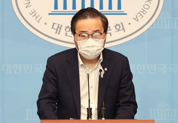 홍석준 국민의힘 의원이 공직선거 위반 혐의 항소심에서 벌금 90만원을 선고 받았다. 사진은 지난 6월 국회에서 기자회견을 연 홍 의원의 모습. /사진= 뉴스1