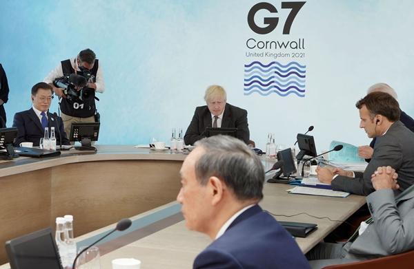 아사히신문이 소마 공사의 문재인 대통령에 대한 조롱 섞인 발언을 스가 총리가 부추긴 게 아니냐는 의혹을 제기했다. 사진은 지난 6월 영국에서 열린 G7정상회의 확대회의에 참석한 문재인 대통령과 스가 총리, 각 국 주요 정상들의 모습. /사진=뉴시스