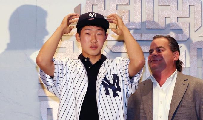 22일(이하 한국시각) 뉴욕 양키스는 박효준을 다시 마이너리그로 내려보냈다.사진은 지난 2014년 7월5일 서울 광진구 그랜드워커 호텔에서 열린 양키스 입단식 당시의 모습. /사진=뉴스1