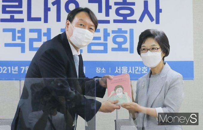 [머니S포토] 서울시간호사회 찾은 野 잠룡 윤석열