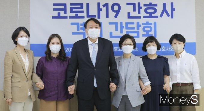 [머니S포토] 대권잠룡 윤석열, 코로나19 간호사 격려 간담회