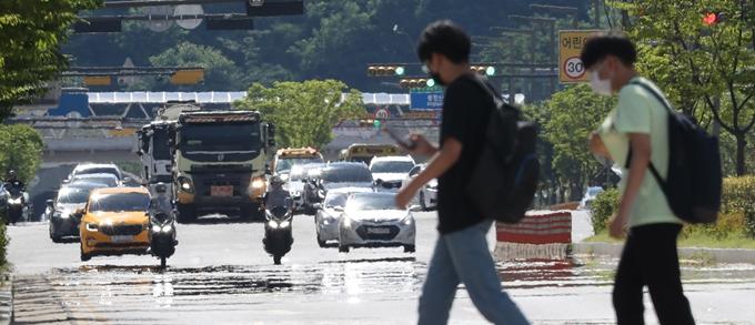 금요일(23일)은 전국 대부분 지역에서 폭염특보가 발효되는 등 더위가 계속될 전망이다. 사진은 지난 21일 경기도 화성시의 한 도로에서 아지랑이가 피어오르는 모습. /사진=뉴스1
