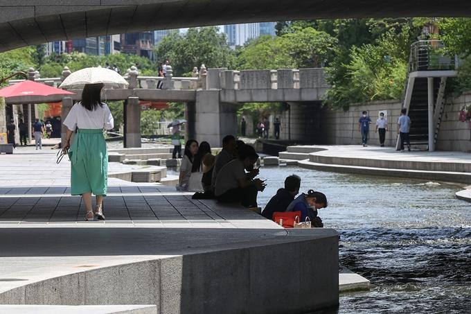 금요일(23일)은 전국 대부분 지역에 폭염특보가 발효될 전망이다. 사진은 지난 21일 서울 종로구 청계쳔 모전교 아래 그늘에서 무더위를 피하는 시민들 모습. /사진=뉴스1