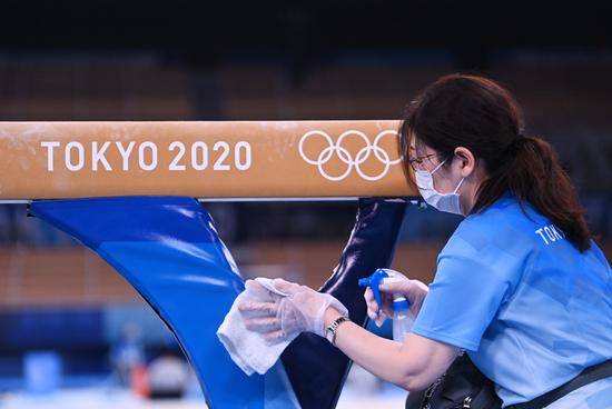 22일 일본 도쿄신문은 도쿄올림픽 자원봉사자 약 3만명이 방치됐다고 보도했다. 사진은 기계체조 연습에 앞서 자원봉사자가 소독하는 모습. /사진=로이터