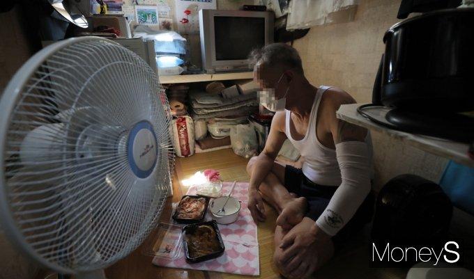 [머니S포토] 덥다, 더워…전국 코로나 대유행 속 쪽방촌에 찾아든 폭염