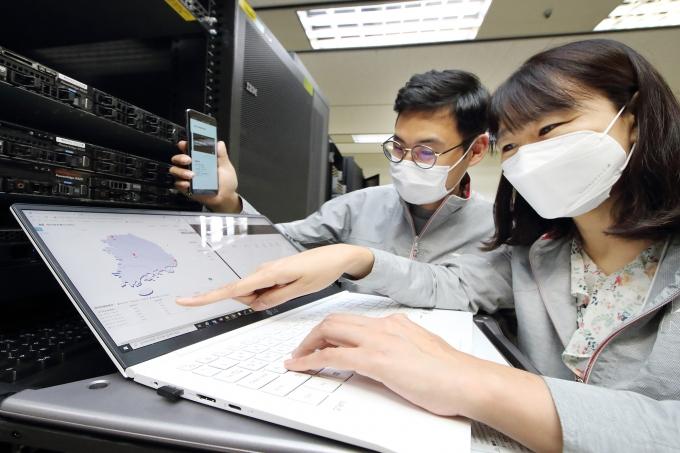 KT 융합기술원 직원이 Q-SDN을 통해 양자암호 네트워크를 모니터링 및 점검하는 모습. /사진제공=KT