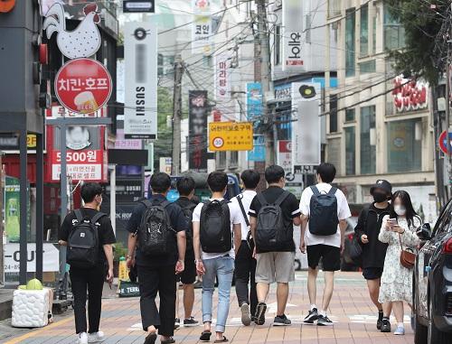 최근 신종 코로나바이러스 감염증(코로나19) 젊은 위중증 환자가 늘어난 것으로 나타났다. 사진은 서울 홍대거리에서 시민들이 식사를 하기 위해 식당으로 이동하고 있는 모습./사진=신웅수 뉴스1 기자