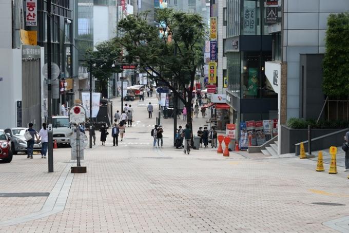 정부가 오는 23일 수도권 사회적 거리두기 4단계 연장 여부를 발표한다. 사진은 지난 11일 서울 중구 명동 거리의 모습. /사진=뉴시스