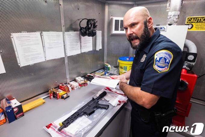 22일 워싱턴DC 경찰의 웨인 개리시 형사가 사제 AR-15에 대해 설명하고 있다. © AFP=뉴스1