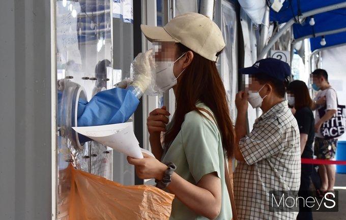 코로나19 일일 확진자 수가 23일 0시 기준 1630명을 기록했다. 사진은 지난 22일 서울 중구 서울역 광장에 마련된 임시 선별진료소에서 코로나19 검사를 받는 시민 모습. /사진=임한별 기자