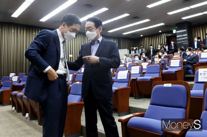 [머니S포토] 의원총회서 대화하는 김기현·김도읍