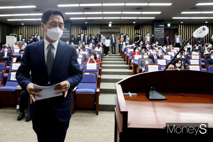 [머니S포토] 의총 발언대로 향하는 김기현 원내대표