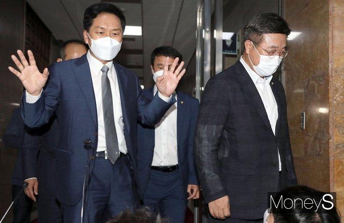 [머니S포토] 여야 원내대표 회동 마친 김기현·윤호중