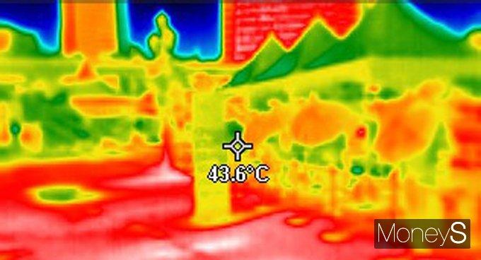 24일은 내륙 대부분 지역이 35도 안팎까지 오르는 등 불볕더위가 절정에 달한다. 사진은 지난 22일 열화상 카메라로 촬영한 서울 도심 모습. /사진=임한별 기자