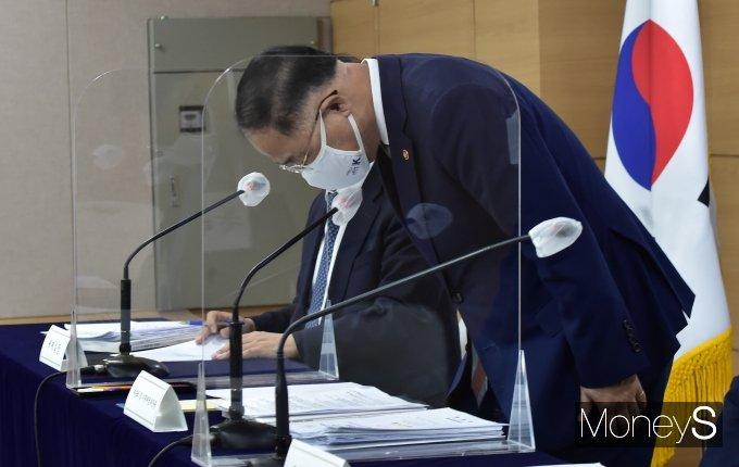[머니S포토] 2021 세법개정안, 국민 앞 인사하는 '홍남기'