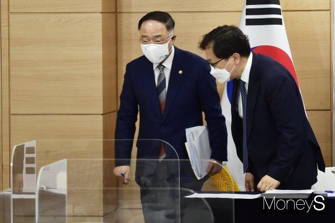 [머니S포토] 2021 세법개정안 발표 마친 '홍남기'