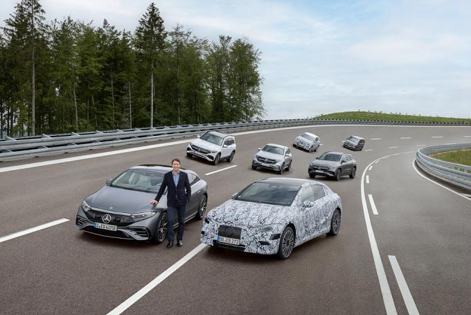 메르세데스-벤츠가 2030년까지 본격 전기차 제조사로 거듭날 계획을 발표했다. 올라 칼레니우스 다임러 AG 및 메르세데스-벤츠 AG CEO와 메르세데스-EQ 패밀리 /사진제공=메르세데스-벤츠