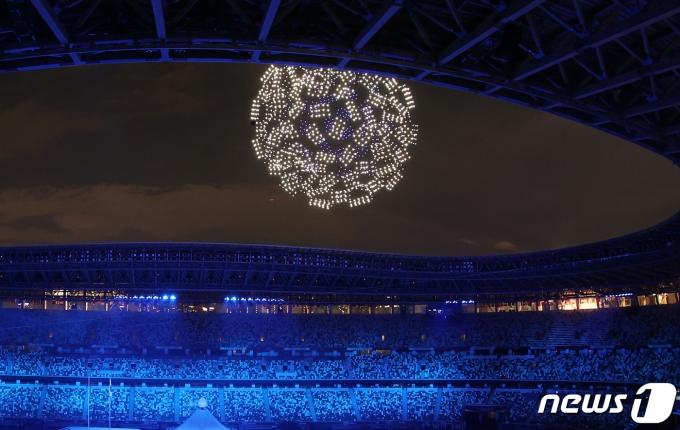 23일 밤 일본 도쿄 국립경기장에서 열린 2020 도쿄올림픽 개막식에서 드론쇼가 펼쳐지고 있다. 2021.7.23/뉴스1 © News1 송원영 기자