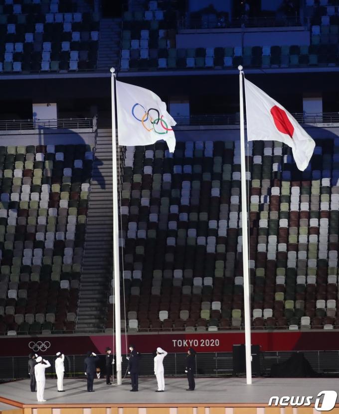 [사진] 도쿄올림픽, 오륜기 뒤로 빈 관중석