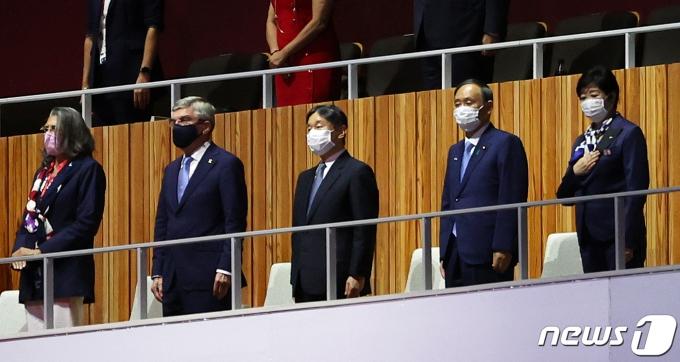 나루히토 일왕(가운데)과 토마스 바흐 국제올림픽위원회 위원장(왼쪽에서 두번째)이 23일 오후 일본 도쿄 국립경기장에서 열린 2020 도쿄올림픽 개막식에 참석하고 있다. 2021.7.23/뉴스1 © News1 이재명 기자