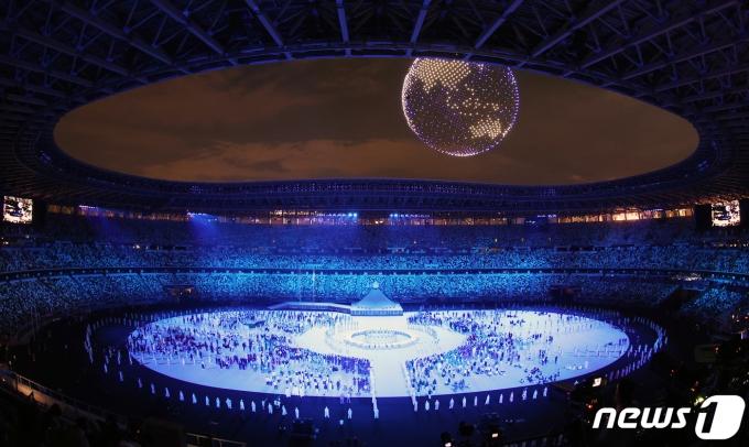 23일 밤 일본 도쿄 국립경기장에서 열린 2020 도쿄올림픽 개막식에서 드론쇼가 펼쳐지고 있다.2021.7.23/뉴스1 © News1 송원영 기자