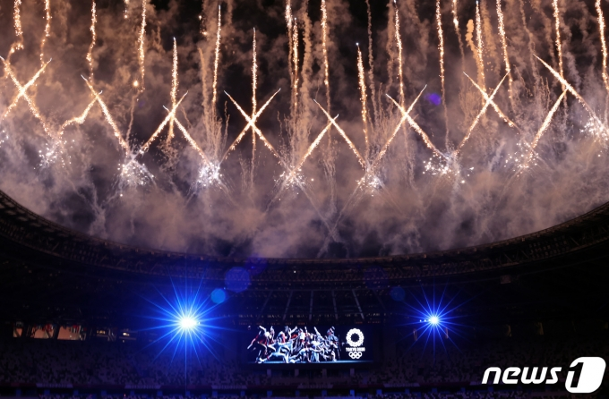 23일 오후 일본 도쿄 국립경기장에서 열린 2020 도쿄올림픽 개막식에서 화려한 불꽃이 하늘을 수놓고 있다. . 2021.7.23/뉴스1 © News1 이재명 기자