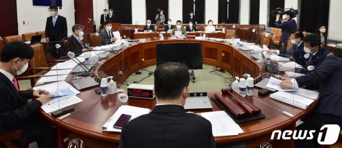 9일 오전 국회에서 박지원 국정원장이 참석한 가운데 정보위 전체회의가 열리고 있다. 국정원장은 이 자리에서 18대 국회의원 불법사찰을 포함해 불법사찰 의혹 사건 23건에 대한 감찰 결과를 보고했다. 2021.6.9/뉴스1 © News1 오대일 기자