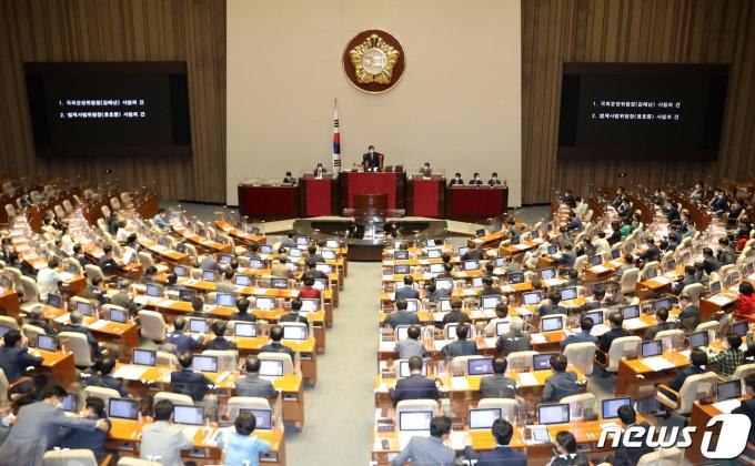 23일 저녁 서울 여의도 국회에서 제389회 국회(임시회) 제2차 본회의가 열리고 있다. 2021.7.23/뉴스1 © News1 이동해 기자