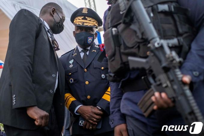 리언 찰스 아이티 경찰청장이 2021년 7월 23일 아이티 캡 아이티언에서 조브넬 모이즈 아이티 대통령의 장례식 최종 점검을 하는 모습. © 로이터=뉴스1 © News1 최서윤 기자
