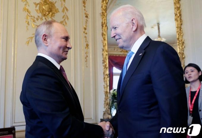 조 바이든 미국 대통령(오른쪽)과 블라디미르 푸틴 러시아 대통령이 2021년 6월 16일(현지시간) 첫 정상회담이 열리는 스위스 제네바의 '빌라 라 그렁주'에서 만나 악수를 하고 있다. © AFP=뉴스1 © News1 우동명 기자