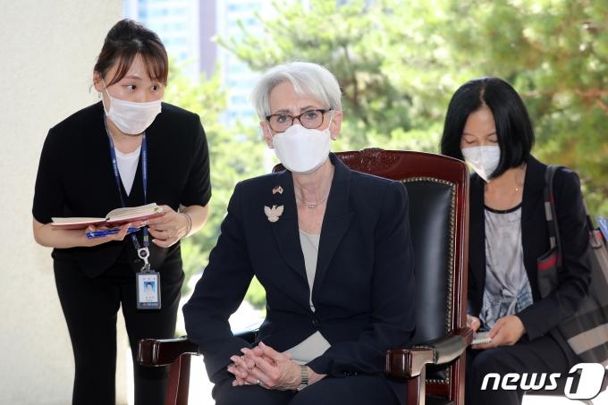 웬디 셔먼 미국 국무부 부장관이 22일 오후 서울 용산구 전쟁기념관을 방문해 이상철 전쟁기념관장에게 전사자명비 관련 보고를 받고 있다. 2021.7.22/뉴스1 © News1 박세연 기자