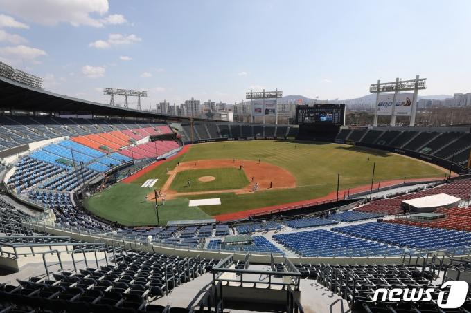 야구팬은 등을 돌렸고 프로야구는 출범 후 최대 위기에 처했다. 2021.3.22/뉴스1 © News1 임세영 기자