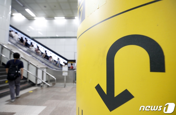정부가 수도권에 적용 중인 현행 사회적 거리두기 4단계를 2주간 연장하기로 했다. 23일 오전 서울 종로구 지하철 광화문역에서 시민들이 발걸음을 옮기고 있다. 2021.7.23/뉴스1 © News1 이승배 기자