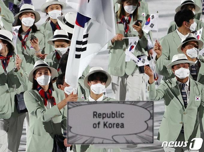 23일 오후 일본 도쿄 국립경기장에서 열린 2020 도쿄올림픽 개막식에서 대한민국 선수들이 입자하고 있다. 2021.7.23/뉴스1 © News1 이재명 기자