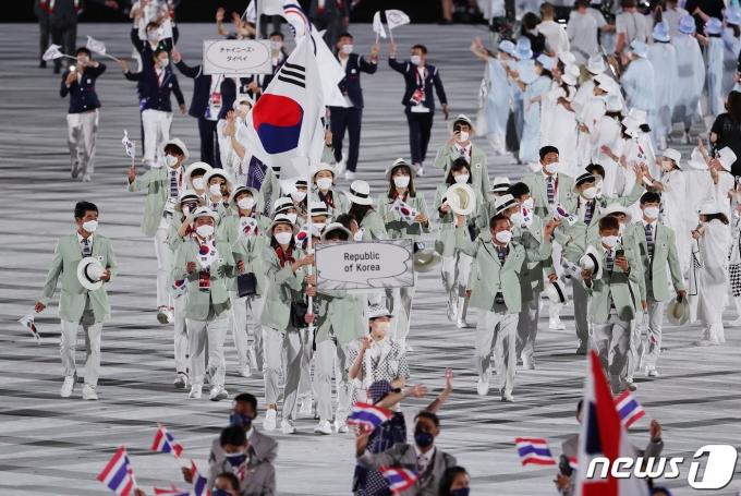 23일 오후 일본 도쿄 국립경기장에서 열린 2020 도쿄올림픽 개막식에서 대한민국 선수들이 입자하고 있다. 신종 코로나바이러스 감염증(코로나19) 팬데믹으로 인해 대회 1년 연기와 무관중 경기 등 사상 최악의 '불안한 스포츠 축제' 2020 도쿄 하계올림픽은 이날 개막해 8월8일까지 17일간의 열전에 돌입한다. 29개 종목 355명의 선수단이 참가하는 한국 선수단은 이번 도쿄올림픽에서 금메달 7개 이상 획득해 종합순위 10위 이내 성적을 내겠다는 목표를 세웠다. 이재명 기자