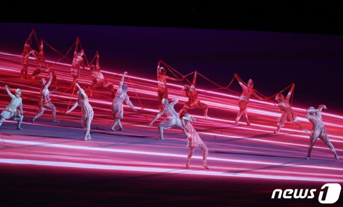 23일 오후 일본 도쿄 국립경기장에서 열린 2020 도쿄올림픽 개막식에서 축하공연이 진행되고 있다. 신종 코로나바이러스 감염증(코로나19) 팬데믹으로 인해 대회 1년 연기와 무관중 경기 등 사상 최악의 '불안한 스포츠 축제' 2020 도쿄 하계올림픽은 이날 개막해 8월8일까지 17일간의 열전에 돌입한다. 29개 종목 355명의 선수단이 참가하는 한국 선수단은 이번 도쿄올림픽에서 금메달 7개 이상 획득해 종합순위 10위 이내 성적을 내겠다는 목표를 세웠다. 이재명 기자
