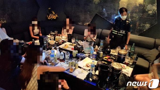경찰이 코로나19 관련 불법 영업 중인 유흥주점을 단속하고 있다. (서울 서초경찰서 제공) © 뉴스1