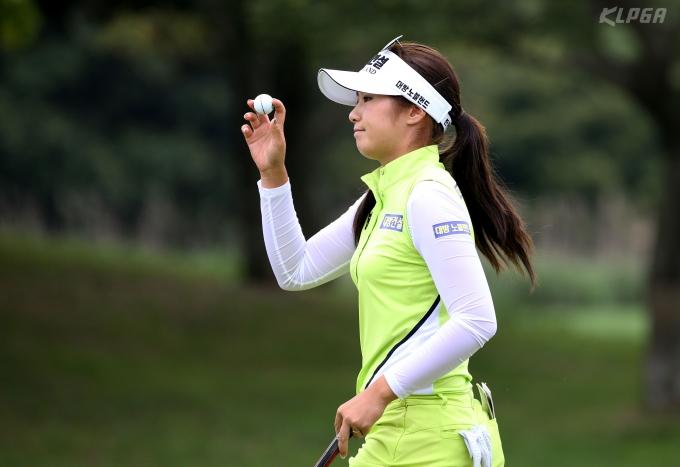 '핫 식스' 이정은(25)이 미국여자프로골프(LPGA) 투어 아문디 에비앙 챔피언십(총상금 450만 달러) 2라운드에서 단독 선두로 올랐다./사진=뉴스1