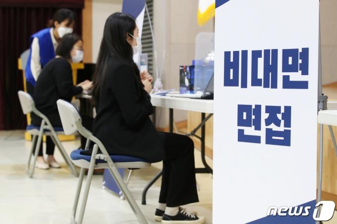 22일 오전 서울 성동구청에서 열린 일자리 박람회 '일이 온다넷(NET)'를 찾은 구직자들이 비대면 면접을 하고 있다. (성동구청 제공) 2020.10.22/뉴스1