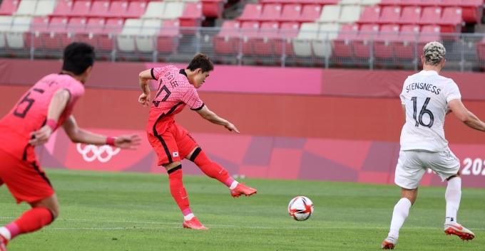 이동경이 지난 22일 일본 이바라키 가시마 스타디움에서 열린 뉴질랜드와의 2020도쿄올림픽 남자축구 B조 조별라운드 경기에서 슛을 하고 있다. /사진=뉴시스