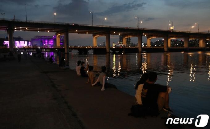 서울 최고기온이 35.9도를 기록하며 올해 최고기온을 기록한 22일 저녁 열대야를 피해 서울 한강공원 반포지구를 찾은 시민들이 야외활동을 하고 있다. 2021.7.22/뉴스1 © News1 박세연 기자