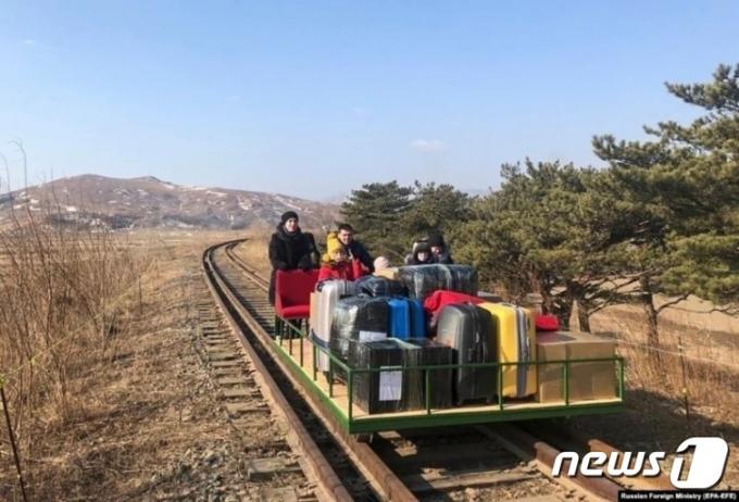 북한 주재 러시아대사관 직원과 가족 일부가 지난 2월 북러 간 철길을 따라 '레일바이크'를 이용해 러시아로 향하고 있다. (북한 주재 러시아대사관 페이스북) © 뉴스1