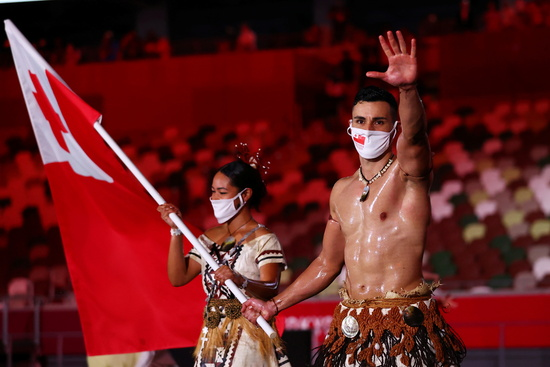 통가 태권도 대표 피타 타우파토푸아가 지난 23일 밤 도쿄국립경기장에서 열린 2020도쿄올림픽 개막식에 통가 선수단 기수로 나섰다. /사진=로이터
