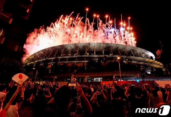 23일 일본 도쿄 국립경기장에서 2020 도쿄 올림픽 개막식이 펼쳐졌다. 형형색색의 폭죽이 일제히 터졌다. © 로이터=뉴스1 © News1 정수영 기자