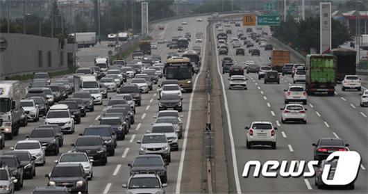 코로나19 사태가 심각하지만 피서객들이 몰리며 전국 고속도로가 북적이고 있다./사진=뉴스1